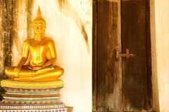 Goldener meditierender Buddha nahe bei naher Tür bei Wat Phutthaisawan Lizenzfreies Stockbild