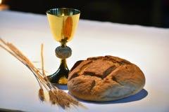 Goldener Messkelch, Brot Lizenzfreies Stockfoto