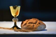 Goldener Messkelch, Brot und Trauben Lizenzfreie Stockbilder