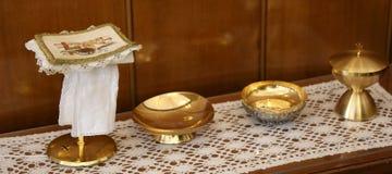 goldener Messkelch und paten für heilige Kommunion Stockfotografie
