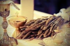 Goldener Messkelch und wenig Flasche mit Wein auf einem Altar in einem chur stockfoto