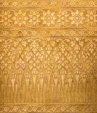 Goldener Metallhintergrund mit den thailändischen traditionellen Beschaffenheiten, zeitgenössisch stockbild