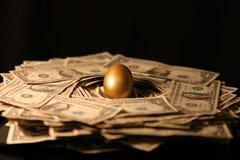 Goldener Notgroschen des Geldes stockbild