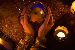 Goldener orientalischer Schmuck und Zubehör: Schönheit mit Inder Jewe Stockbild