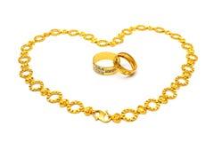 Goldener Paar-Ring und Halskette lizenzfreie stockfotos