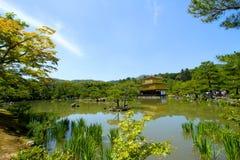 Goldener Palast mitten in dem Teich Lizenzfreie Stockbilder