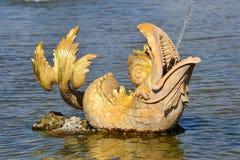 Goldener Peterhof Brunnendelphin Stockbild