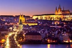 Goldener Pfad in Richtung zum Prag-Schloss Lizenzfreies Stockfoto
