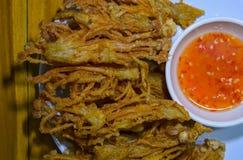 Goldener Pilz mit Chili-Sauce auf Platte lizenzfreie stockfotos