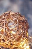 Goldener Raffiabastball für Weihnachtsdekoration stockbilder