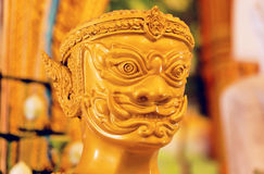 Goldener riesiger Statuenkopf des buddhistischen Tempels in Thailand Stockbilder