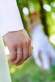 Goldener Ring auf Einerfinger des Bräutigams Stockbild