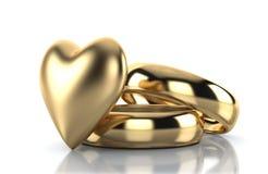 Goldener Ring mit dem Goldherzen lokalisiert auf Weiß Stockfoto