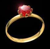 Goldener Ring mit dem karminroten Edelstein lokalisiert auf Schwarzem Stockfoto