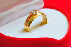 Goldener Ring mit Diamanten Lizenzfreie Stockfotos
