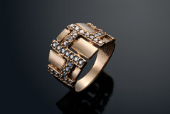 Goldener Ring mit Diamanten Stockfoto
