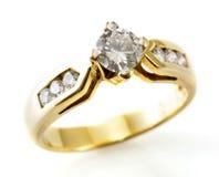 Goldener Ring mit Diamanten lizenzfreie stockfotografie