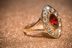 Goldener Ring mit Granat lizenzfreie stockfotos