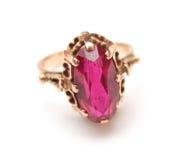 Goldener Ring mit rosafarbenem Saphir Stockbilder