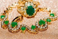 Goldener Ring mit Smaragd stockfotos