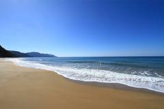 Goldener sandiger Strand Stockfotografie
