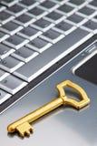 Goldener Schlüssel auf einem Laptopsicherheitssymbol auf dem Internet. Lizenzfreie Stockfotos