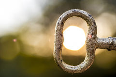 Goldener Schlüssel in der Mitte der Sonne lizenzfreies stockbild