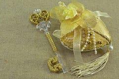 Goldener Schlüssel mit Herzen Lizenzfreie Stockfotos
