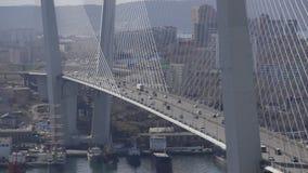 Goldener Schrägseilbrückestraßen-Autoverkehr von oben stock video