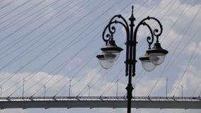 Goldener Schrägseilbrückestraßen-Autoverkehr von oben stock video footage