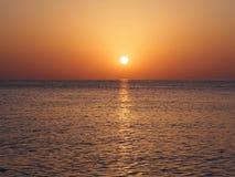 Goldener Seesonnenaufgang Stockfoto