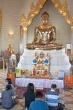 Goldener sitzender Buddha in Wat Traimit Lizenzfreies Stockbild