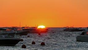 Goldener Sonnenaufgang über dem Mittelmeer mit Booten stock video