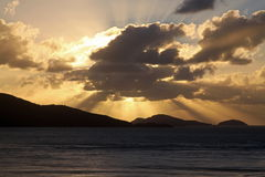 Goldener Sonnenaufgang über den Tropeninseln Stockfotografie