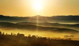 Goldener Sonnenaufgang auf den Hügeln Lizenzfreie Stockbilder