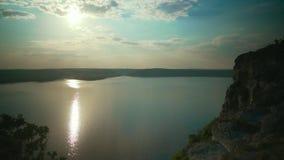 Goldener Sonnenaufgang mit drastischem cloudscape über dem Seevideo stock video