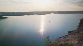 Goldener Sonnenaufgang mit drastischem cloudscape ?ber dem Seevideo stock video