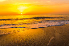 Goldener Sonnenaufgangsonnenuntergang über den Seemeereswogen Stockbild