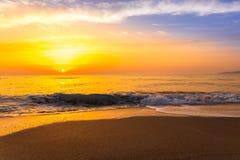 Goldener Sonnenaufgangsonnenuntergang über den Seemeereswogen Stockfoto