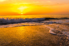 Goldener Sonnenaufgangsonnenuntergang über den Seemeereswogen Stockbilder