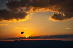 Goldener Sonnenuntergang über dem Jura-Gebirgszug als Schattenbild im Hintergrund lizenzfreie stockfotografie