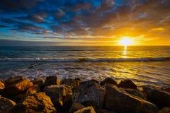 Goldener Sonnenuntergang über dem Meer Stockbild