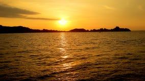Goldener Sonnenuntergang über dem Meer Stockbilder