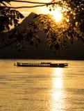 Goldener Sonnenuntergang über dem Mekong in Laos lizenzfreies stockbild