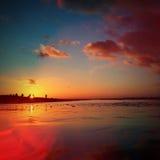 Goldener Sonnenuntergang über Küste des Meeres stockbild