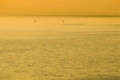 Goldener Sonnenuntergang über Meer Lizenzfreie Stockfotografie