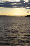 Goldener Sonnenuntergang über Wasser stockfoto