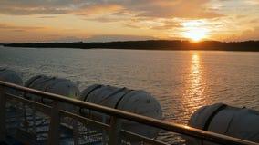 Goldener Sonnenuntergang auf dem Fluss stock footage