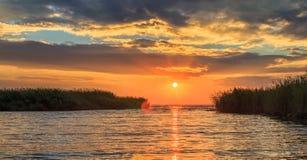 Goldener Sonnenuntergang auf dem Meer Stockfotos