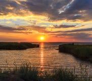 Goldener Sonnenuntergang auf dem Meer Stockbild